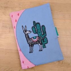 Protège cahier création Casse-bonbons lama cactus brodé. Super cadeaux naissance original créateur artisanal personnalisé